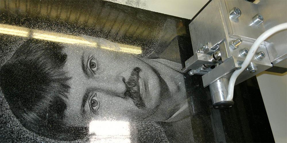 Гравировка фото на памятник из гранита